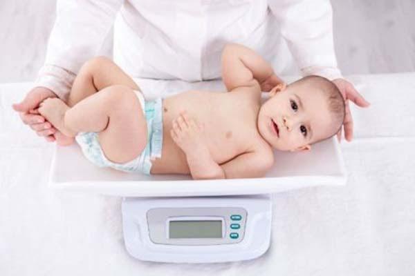 Bé chậm tăng cân cũng có thể do mẹ ít sữa